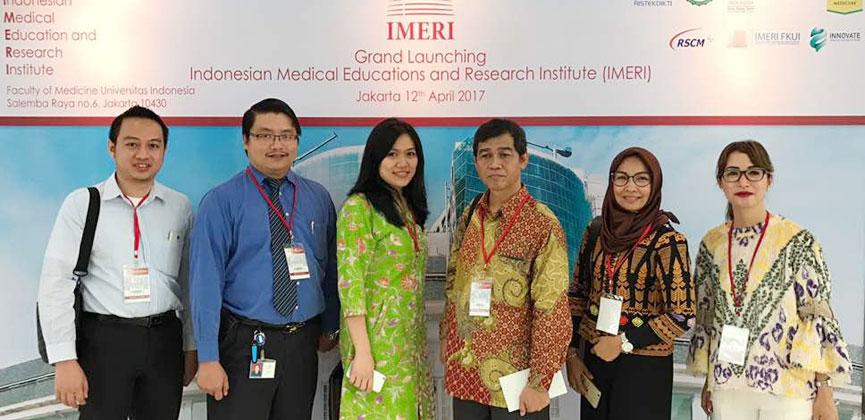 Dr. Merci Pasaribu dan Dr. Ina S. Timan beserta tim Human Genetic Research Cluster berfoto bersama di peresmian gedung IMERI FKU