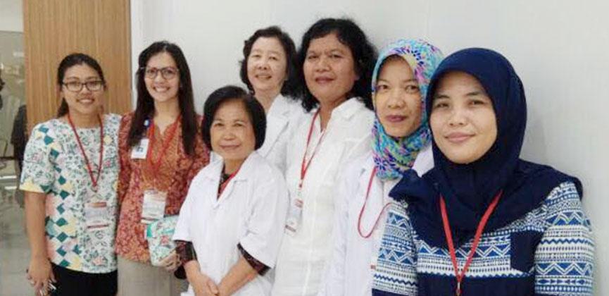 Dr. Merci Pasaribu dan Dr. Ina S. Timan beserta tim Human Genetic Research Cluster berfoto bersama di peresmian gedung IMERI FKUI