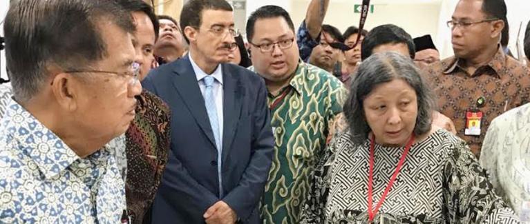 Dr. Damayanti menjelaskan alur kerja dan pencapaian Human Genetic Research Cluster IMERI FKUI kepada Bapak Wakil Presiden, Jusuf Kalla, dan para tamu lainnya dalam peresmian Gedung IMERI FKUI